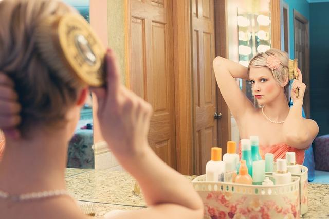 女性 化粧 鏡